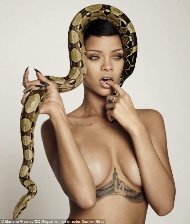 Rihanna NAGO Z... WĘŻAMI NA GŁOWIE! (ZDJĘCIA)