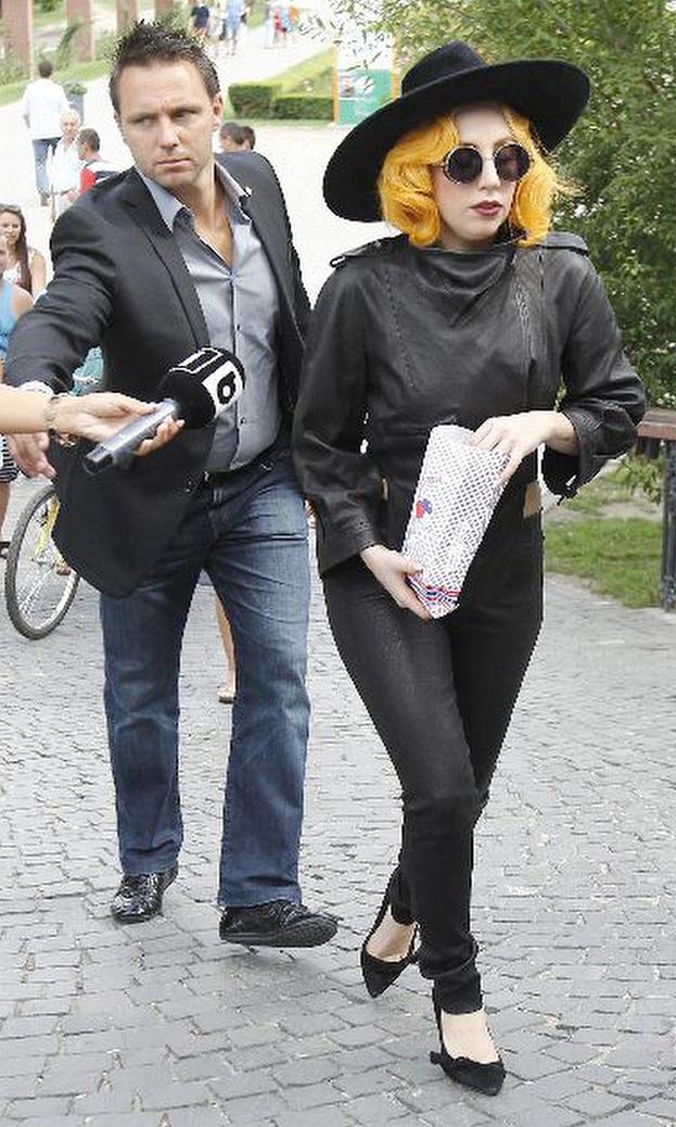 Lady Gaga z pudelkiem... (ZDJĘCIA)