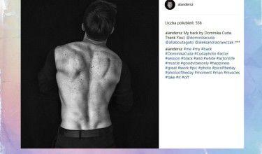 Alan Andersz chwali się umięśnionymi plecami