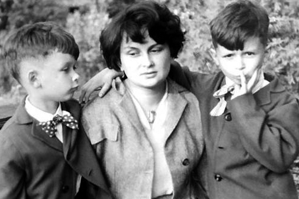 Z bratem Lechem i mamą Marią, 1955
