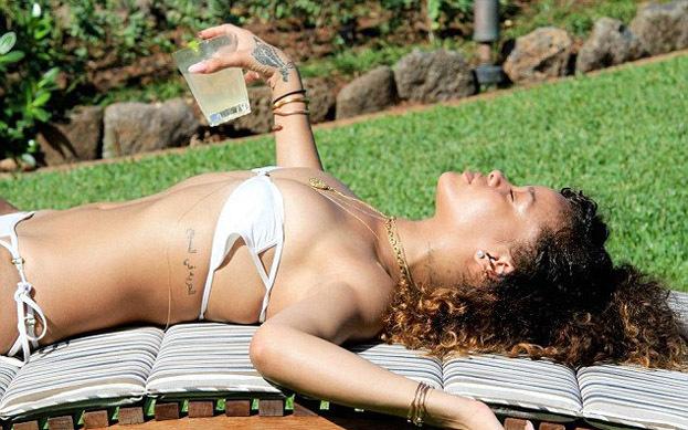 PRYWATNE ZDJĘCIA: Rihanna TOPLESS na wakacjach!