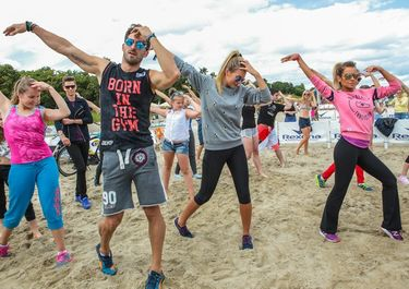 Natalia Siwiec, Marcelina Zawadzka, Rafał Maślak i Łukasz Jakóbiak bawią się podczas Rexona Fresh Party i ćwiczą taniec podczas Rexona Stay Dance