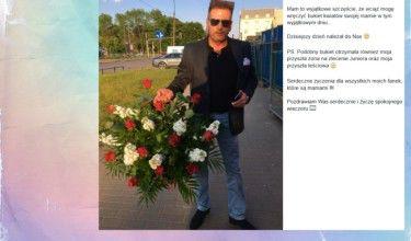 Rutkowski pozuje z bukietem kwiatów