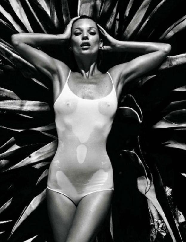 38-letnia Moss topless na plaży! SEKSOWNA?