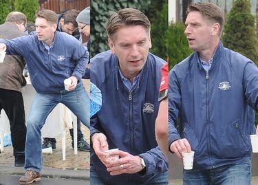 Tomasz Lis podaje wodę biegaczom... (ZDJĘCIA)