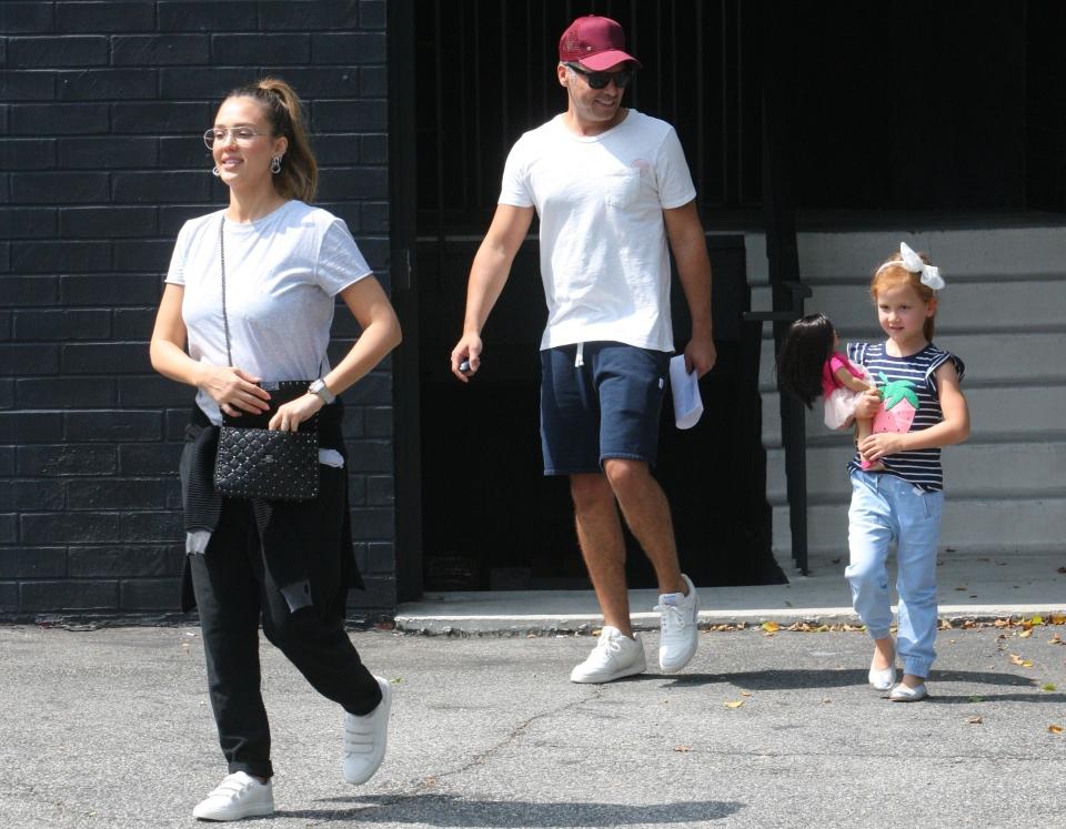 Ciężarna Jessica Alba z mężem i młodszą córką