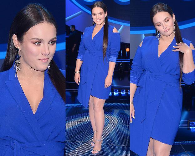Nogi Ewy Farnej w niebieskiej sukience