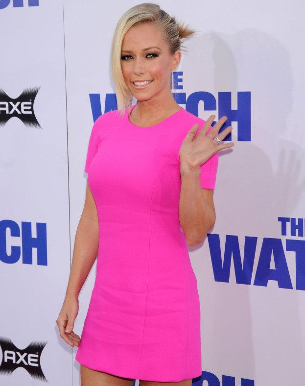 Różowa sukienka i niebieskie buty