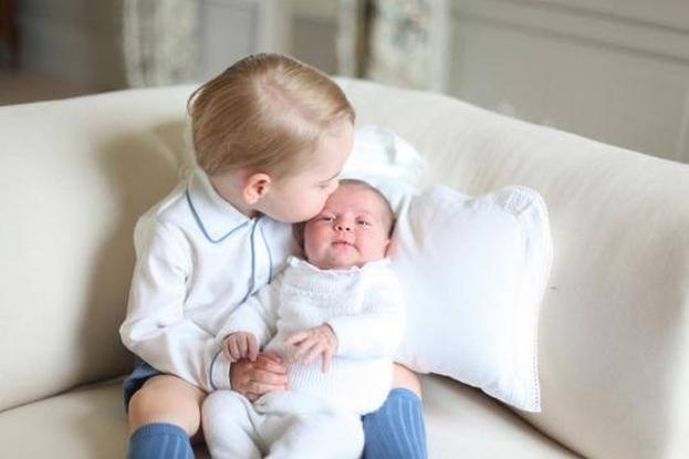 Księżna Kate pokazała PIERWSZE ZDJĘCIA księcia Jerzego i księżniczki Charlotte!