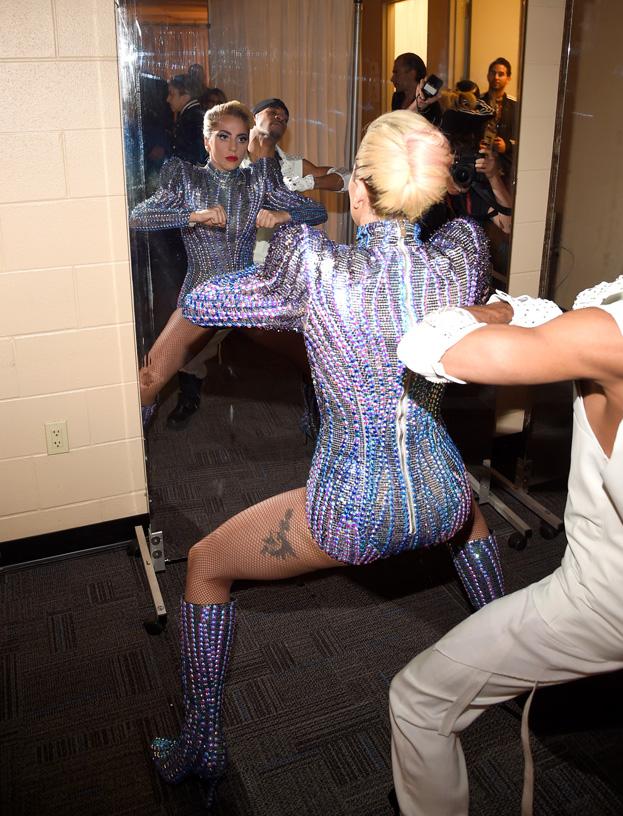 Lady Gaga za kulisami przed występem na Super Bowl ...