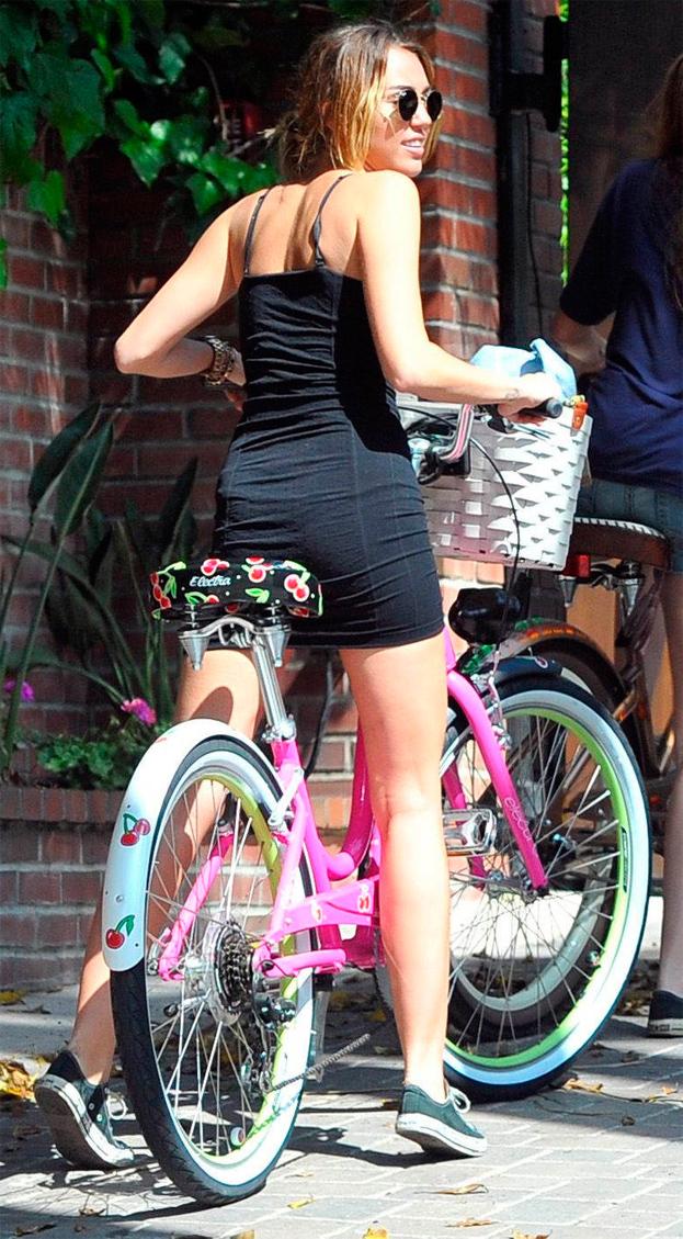 Miley zasłania majtki... Albo brak majtek