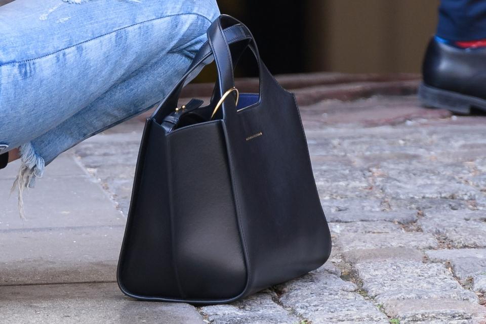 Mielcarz z torebką od Victorii Beckham