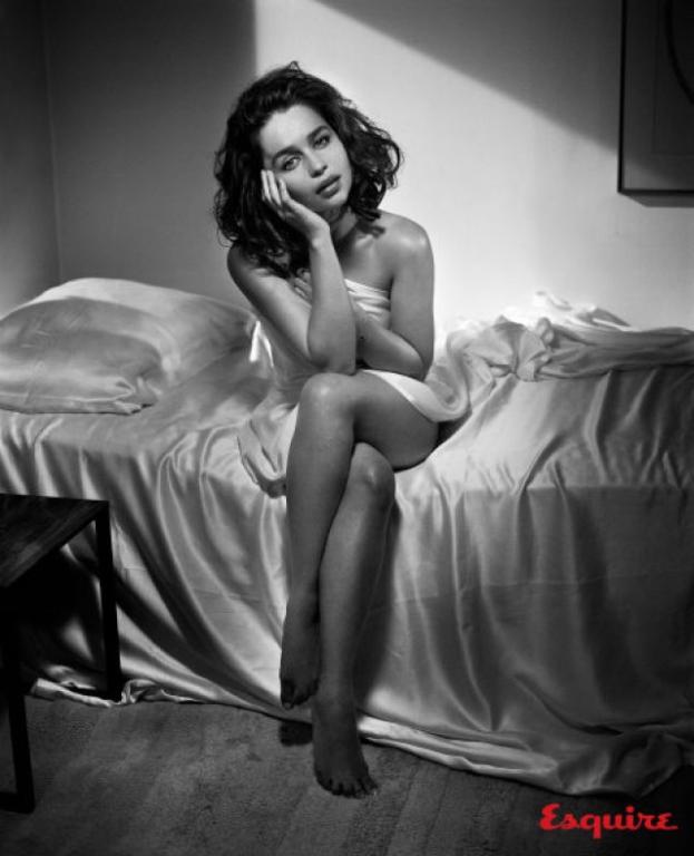 Emilia Clarke - gwiazda Gry o Tron w odważnej sesji.