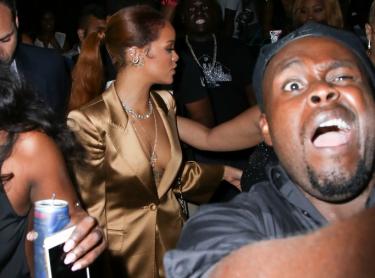 Fan robi sobie selfie z Rihanną...
