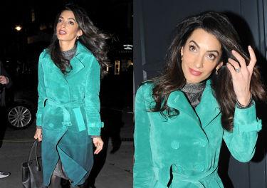 Amal Clooney w turkusowym płaszczu za 38 tysięcy!