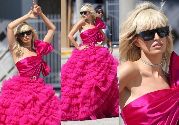 Karolina Kurkova w różowych falbanach w stylu lat 80.