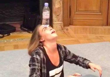 Cara Delevingne z ukrytym talentem. Podniosła butelkę na głowie! (WIDEO)